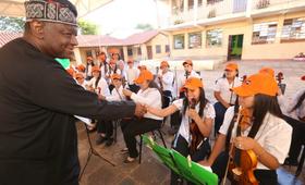 El doctor Babatunde Osotimehin en visita a terreno a la Escuela 26 de febrero, en un barrio periférico de Asunción.